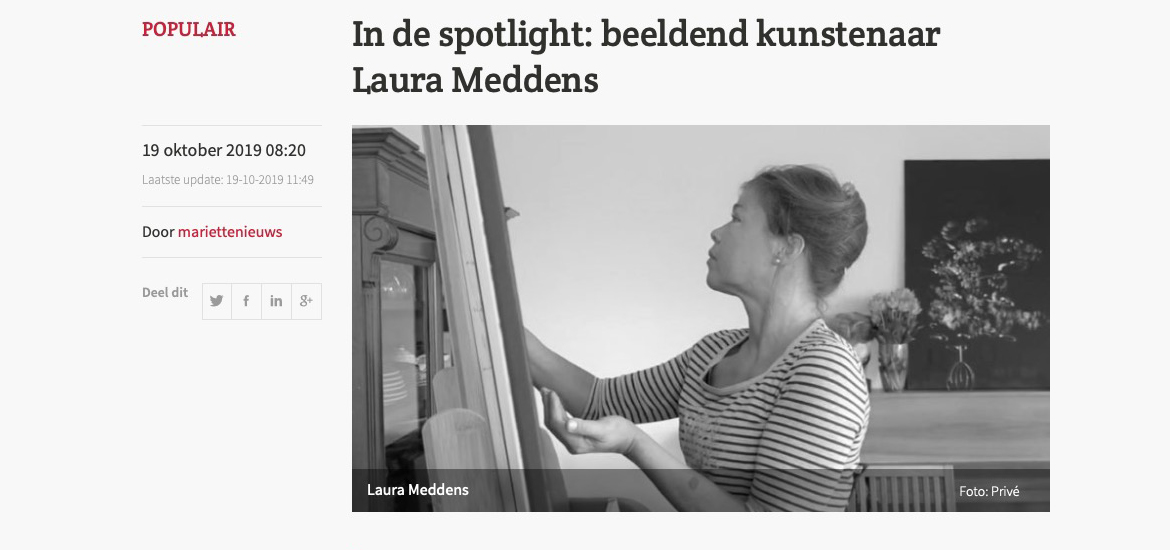 IN DE SPOTLIGHT: beldeend kunstenaar Laura Meddens. Image: Photo of Laura Meddens painting with her fingers on a canvas on an easel.